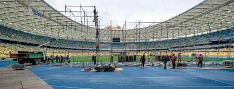 """Зеленский и Порошенко монтируют на """"Олимпийском"""" две сцены. Фоторепортаж с места долгожданных дебатов"""