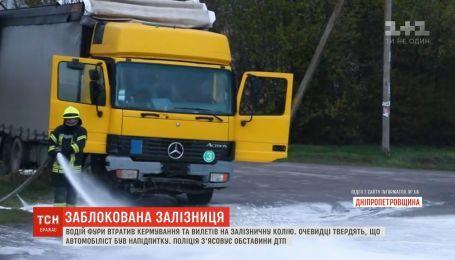 Біля Дніпра фура на швидкості знесла світлофор та вилетіла на залізничну колію