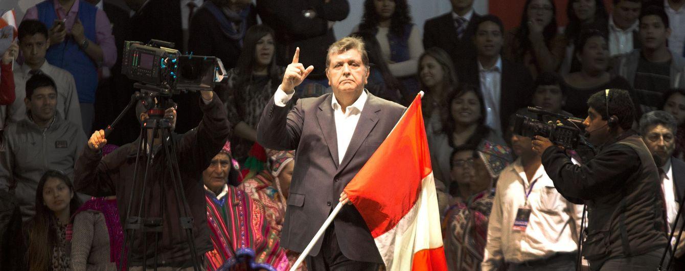 Экс-президент Перу пустил себе пулю в голову за несколько минут до ареста
