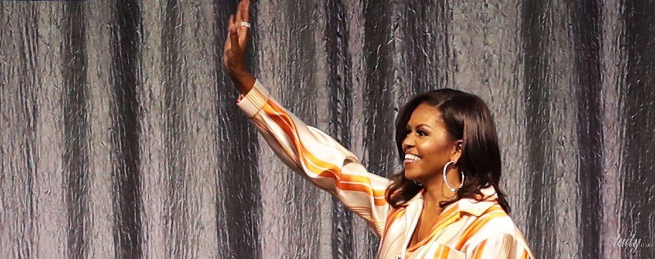 В пижамном стиле: Мишель Обама в полосатом костюме выступила в Париже