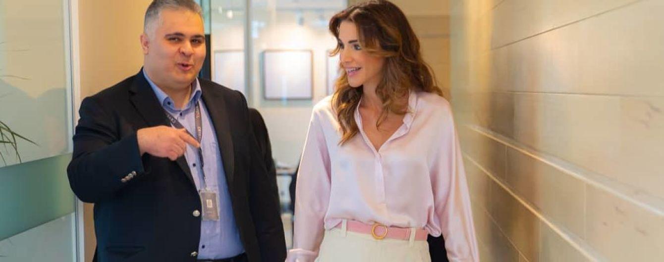 В светлой блузке и брюках клеш: стильный выход королевы Рании