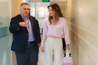У світлій сорочці та штанах-кльош: стильний вихід королеви Ранії