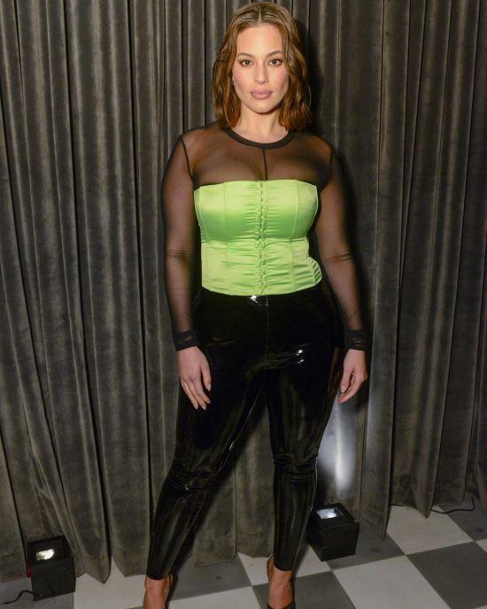 Пишнотіла Ешлі Грем у салатовому корсеті та латексних штанях спантеличила фанатів виглядом