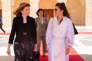 У плащі Lanvin і металевих човниках: королева Ранія зустрілася з першою леді Італії
