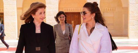 В плаще Lanvin и металлических лодочках: королева Рания встретилась с первой леди Италии