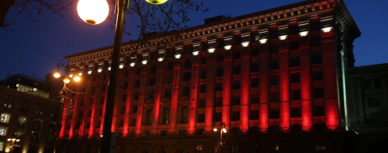 Киев присоединился к Всемирному дню гемофилии. Административные здания подсветили красным