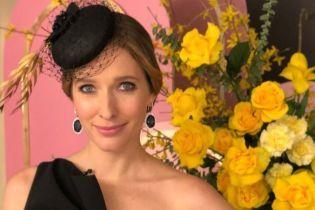 В элегантном платье с высоким разрезом: Катя Осадча в образе total black на съемках