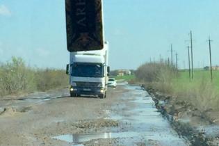Посол Канади проїхався знищеною трасою Дніпро – Миколаїв