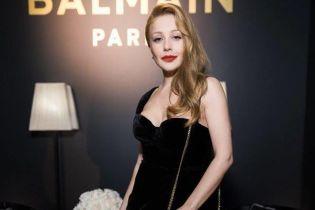 В платье Balmain со смелым декольте: Тина Кароль в эффектном образе посетила открытие бутика