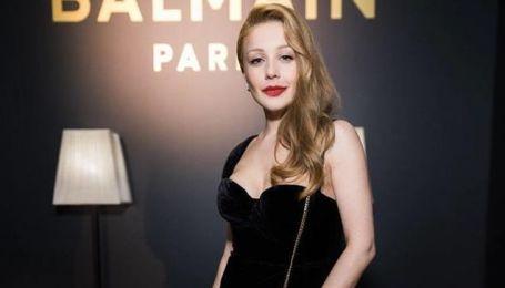 У сукні Balmain зі сміливим декольте: Тіна Кароль в ефектному образі відвідала відкриття бутика
