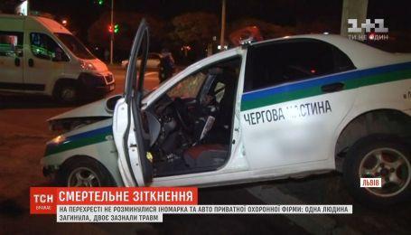 Во Львове на перекрестке не разминулись иномарка и авто охранной фирмы