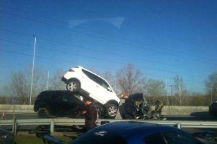 Моторошна ДТП під Києвом: евакуатор зім'яло після зіткнення з вантажівкою і привалило автомобілями