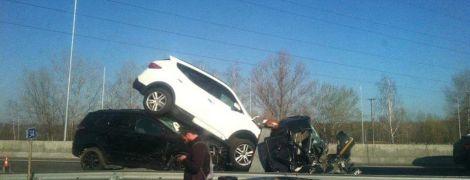 Жуткое ДТП под Киевом: эвакуатор смяло после столкновения с грузовиком и привалило автомобилями