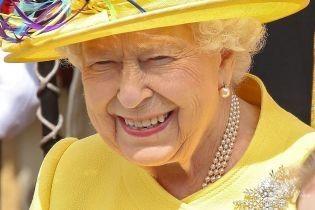 """Обидві в """"квіткових"""" сукнях: королева Єлизавета II з онукою принцесою Євгенією відвідали службу у Віндзорі"""