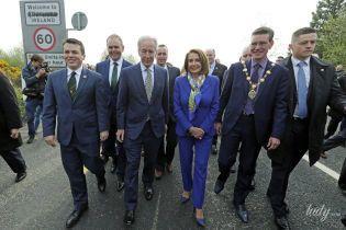 Як завжди, стильна: спікер Палати представників США у яскравому костюмі перейшла кордон Ірландії