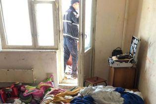 У Києві 3-річна дівчинка випала з вікна шостого поверху, поки спала її п'яна мама
