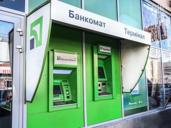 """Українці масово скаржаться на збої у роботі """"ПриватБанку"""": що відбувається"""