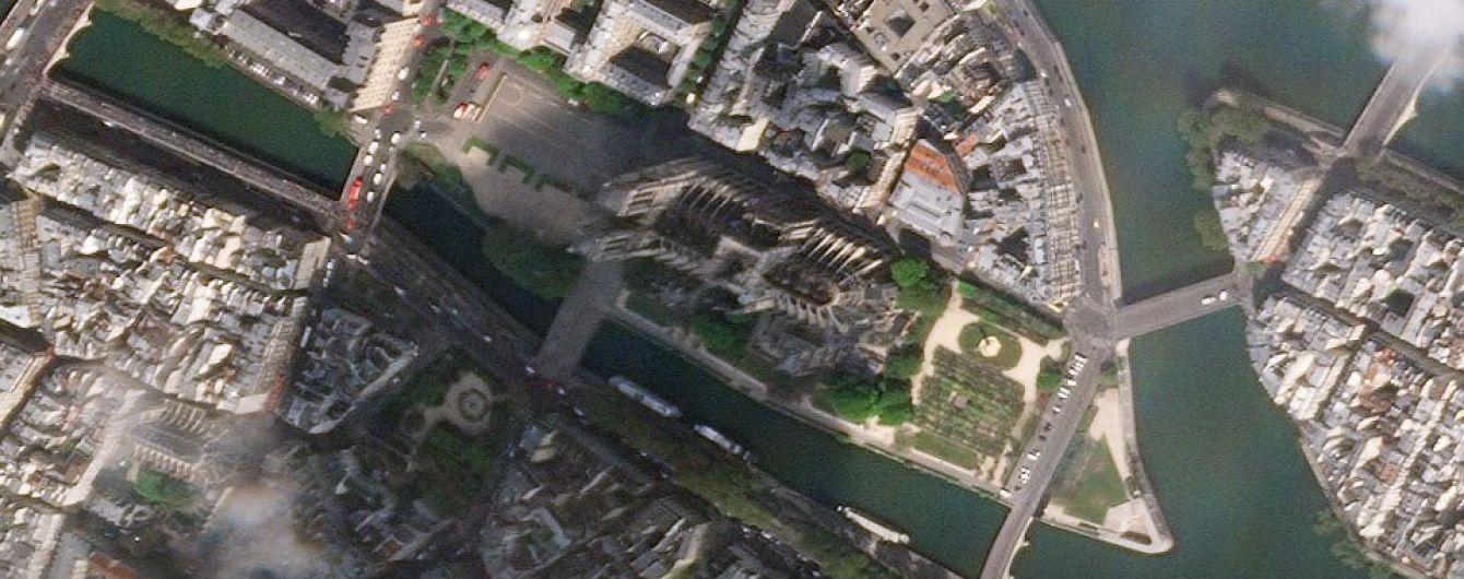 Альпинисты накрывают брезентом собор Парижской Богоматери