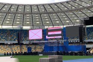 """У Порошенко объяснили, почему на """"Олимпийском"""" монтируют две сцены"""