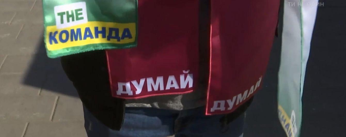 Зелені та бордові футболки і трансляція дебатів у пабах: український бізнес робить гроші на виборах президента