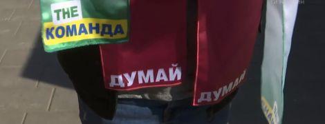 Зеленые и бордовые футболки и трансляция дебатов в пабах: украинский бизнес делает деньги на выборах президента