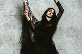 В пышном платье и на пуантах: Надя Мейхер похвасталась фирменной растяжкой