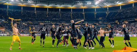 """Фанаты """"Айнтрахта"""" мощно отблагодарили игроков за фантастический выход в полуфинал Лиги Европы"""