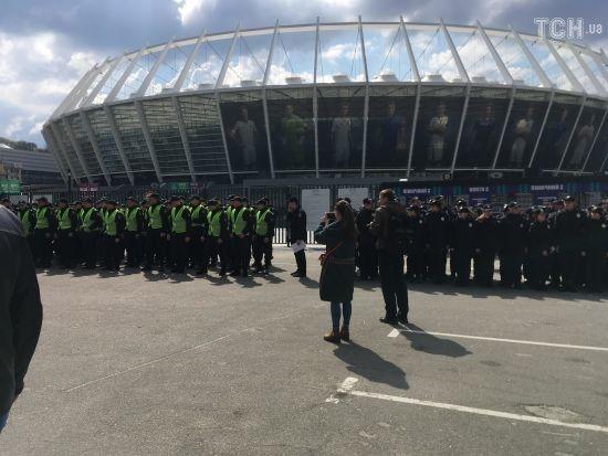 """Дебати наближаються: біля """"Олімпійського"""" перекрили рух та вишикували охорону"""