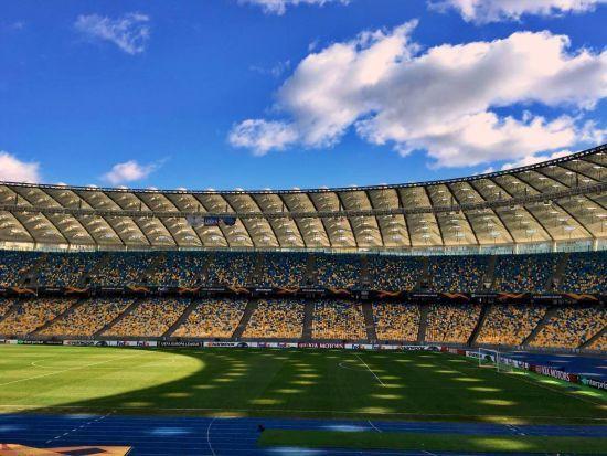 Порошенко повів на стадіон тисячі своїх прихильників. Перших глядачів пропускають до НСК