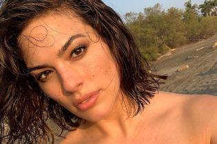 Як тут схуднути: Ешлі Грем в купальнику їсть гамбургери прямо на пляжі