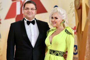 В салатовом наряде и с мужем в обнимку: яркая Екатерина Бужинская на красной дорожке музыкальной премии