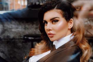 Анна Седокова в халате оголила пышную грудь