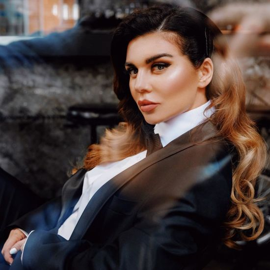 Анна Сєдокова у халаті оголила пишні груди