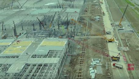 Завод Tesla в Шанхаї будують з шаленою швидкістю. Відео