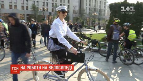 Лисячі хвости та ретро-образи: в Києві влаштували флешмоб на честь Дня велосипеда