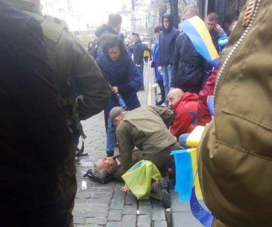 У центрі Києва правоохоронці надали допомогу чоловікові, у якого стався серцевий напад