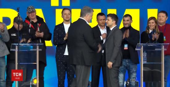 Зеленський та Порошенко потисли руки перед дебатами