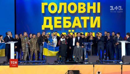 Зеленський та Порошенко стали на коліна перед рідними загиблих на війні бійців