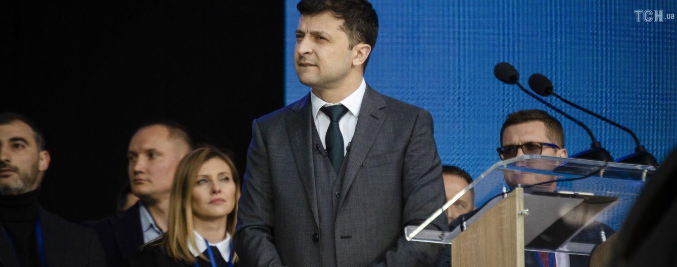 """Украинские дипломаты требуют извинений от чешского издания за """"отвратительный"""" материал о Зеленском"""