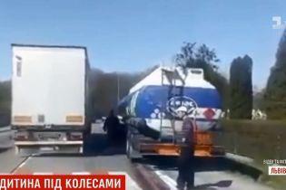 На трассе Киев-Чоп бензовоз на пешеходном переходе сбил маленького ребенка