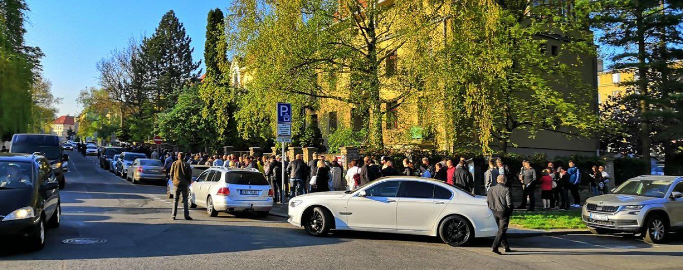 Украинцы за границей выстроились в длинные очереди, чтобы проголосовать