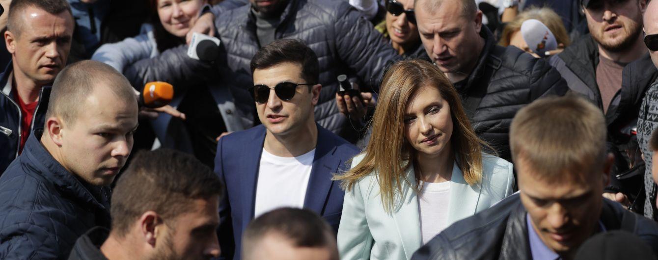 Невиспаний Володимир Зеленський із дружиною проголосував у другому турі виборів президента