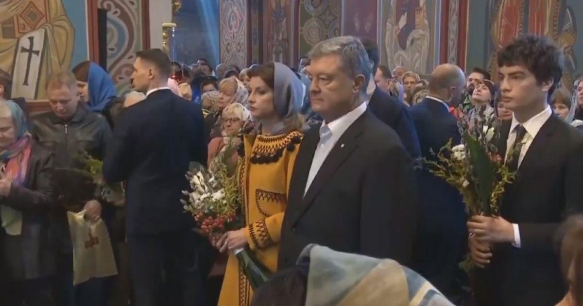Тем временем Порошенко перед голосованием посетил службу в Михайловском соборе @ скріншот з відео
