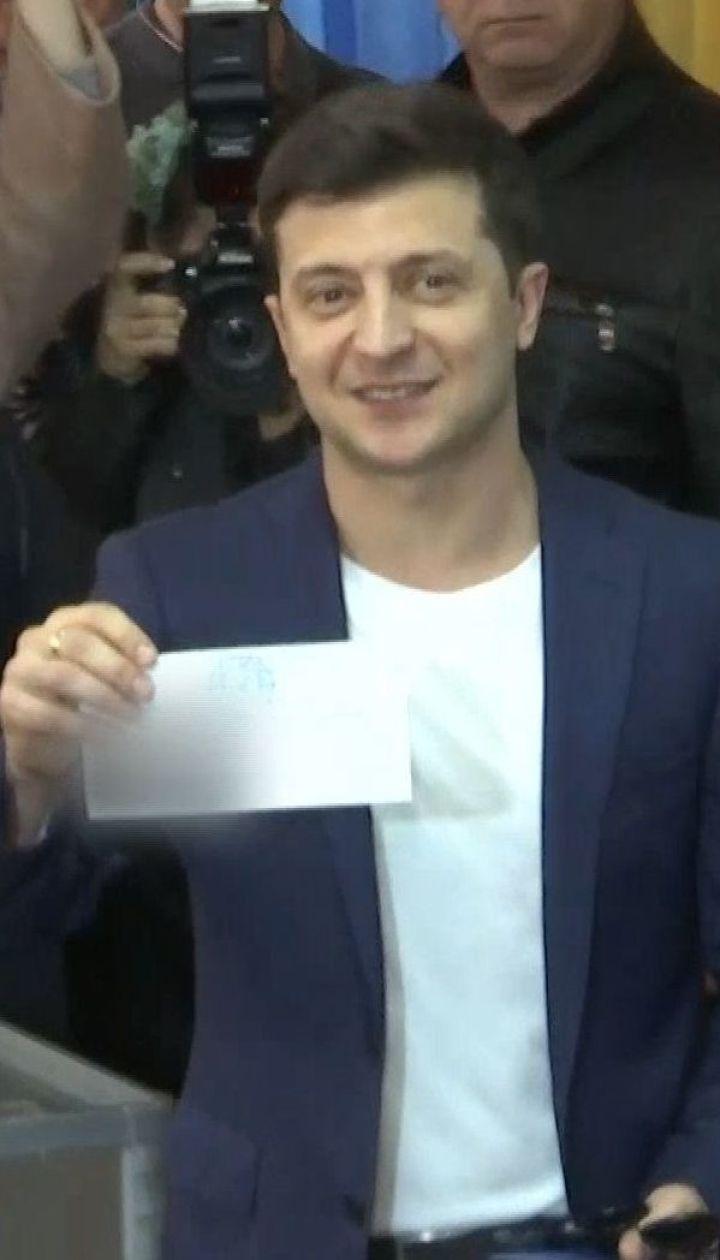Зеленский проголосовал и показал заполненный бюллетень