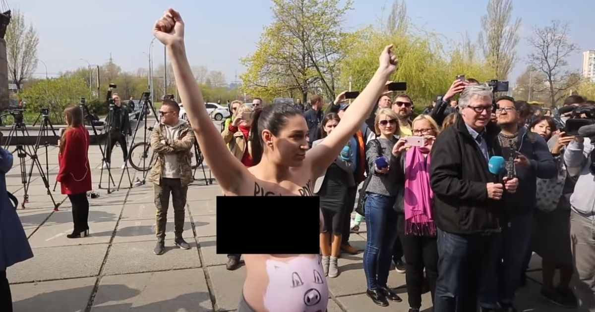 На участок Зеленского пришла активистка Femen @ скріншот з відео