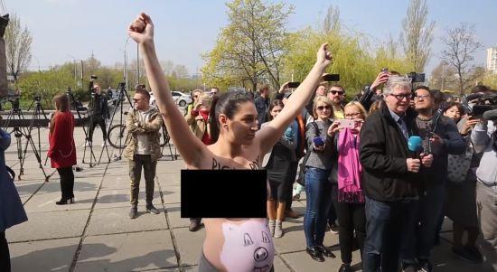 """""""Досить ґвалтувати країну!"""": вагітна активістка Femen оголила груди на дільниці Зеленського"""