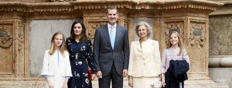 В платье с флористическим принтом: королева Летиция с семьей посетила Пасхальную мессу