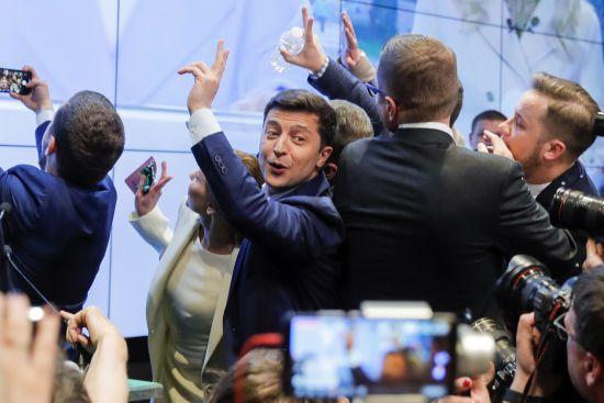 Прем'єри Угорщини та Японії привітали Зеленського із перемогою на виборах