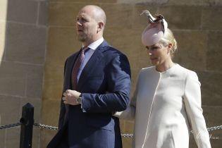 Будто снова беременна: красивая Зара Тиндолл в светлом пальто посетила пасхальную службу