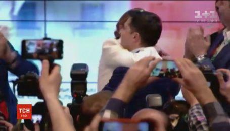 Поцелуи и объятия: как кандидаты благодарили своих жен